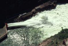 Aliviadero hidroeléctrico de la presa Fotos de archivo libres de regalías
