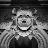 Alivio de Bas de la cara vieja de la piedra de construcción Foto de archivo