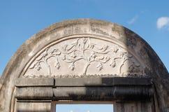 Alivio de Bas en la cima de la puerta en el cemeti del pulo, castillo del agua de la sari del taman - el jardín real del sultanat Imágenes de archivo libres de regalías