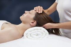 Alivio de tensión del cuello y de los cervicals Imagenes de archivo