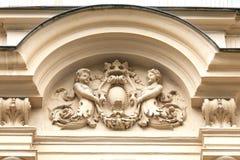 Alivio en fachada del edificio viejo, de los ángeles y del adorno floral, Praga, República Checa Fotos de archivo libres de regalías