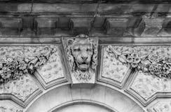 Alivio principal del león en la fachada del edificio Londres, Inglaterra Fotografía de archivo libre de regalías