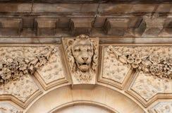 Alivio principal del león en la fachada del edificio Londres, Reino Unido Imagen de archivo libre de regalías