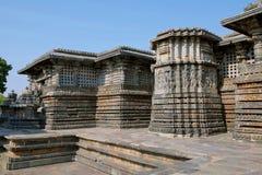 Alivios adornados en las paredes, templo de Hoysaleshvara, Halebid, Karnataka, visión desde la entrada del este del este del nort Foto de archivo