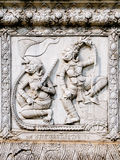 Alivios bajos de la pared del templo de Tailandia, Ayutthaya, tallas de los extranjeros, dioses foto de archivo libre de regalías