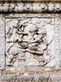 Alivios bajos de la pared del templo de Tailandia, Ayutthaya, tallas de los extranjeros, dioses imágenes de archivo libres de regalías