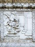 Alivios bajos de la pared del templo de Tailandia, Ayutthaya, tallas de los extranjeros, dioses imagenes de archivo