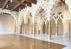 Αραβικές αψίδες στο παλάτι Aljaferia. Στοκ Φωτογραφίες