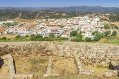 Aljezur incantante con il castello di moresco in priorità alta, Portogallo fotografie stock