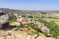 Aljezur incantante con il castello di moresco in priorità alta, Portogallo fotografia stock