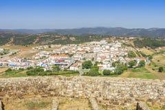 Aljezur incantante con il castello di moresco in priorità alta, Portogallo fotografia stock libera da diritti
