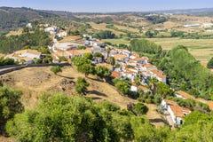 Aljezur incantante sulle colline, Portogallo fotografie stock libere da diritti