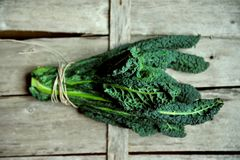 Alkaliczny, zdrowy jedzenie: kale liście na rocznika tle obraz stock