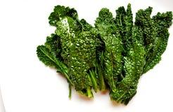 Alkalisch, gezond voedsel: boerenkool bladeren op witte rug Stock Fotografie