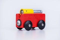 Alkalische Batterie AA auf einem hölzernen Lastwagen Lizenzfreie Stockbilder