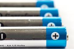 Alkalische Batterien auf weißem Hintergrund Stockfotos