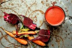 Alkalisches Frühstück mit Saft der roten roten Rübe auf einer Weinlesetabelle Stockfoto
