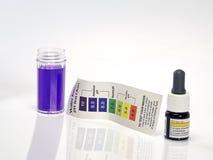 Alkalisches Reagens der Wasserprobe pH Stockbilder