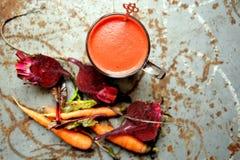 Alkalisches, rohes Frühstück mit Saft der roten roten Rübe auf einer Weinlesetabelle lizenzfreies stockfoto