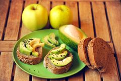 Alkalisk frukost med äpple- och avokadosmörgåsen Royaltyfria Foton