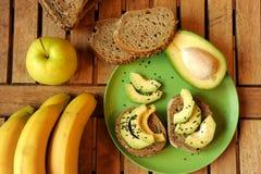 Alkalisk frukost med äpple- och avokadosmörgåsen Royaltyfri Bild