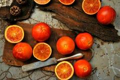 Alkalisk sund mat: röd blodapelsinsallad på ett träbräde royaltyfri bild