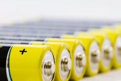 Alkaliska batterier för gul svart amerikanska motorförbundet som isoleras på vit Royaltyfri Foto