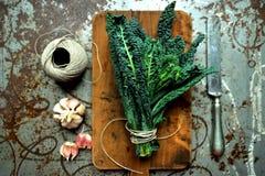 Alkaliskt banta: grönkålsidor på en tappningbakgrund arkivfoton