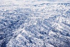Alkemi av våren, berg i vår: snöa rest på nordliga lutningar och bildade en härlig skog av utgreningen Arkivfoto