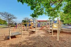 Alki Playground com crianças corrida, desliza e balança imagem de stock