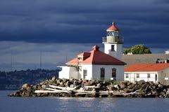 Alki Point Lighthouse perto do por do sol fotos de stock