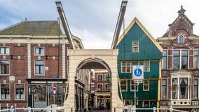 ALKMAAR holandie - KWIECIEŃ 22, 2016: Tradycyjny holendera most obrazy stock