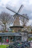 Alkmaar holandie - Kwiecie? 12, 2019: Pi?kny tradycyjny Holenderski wiatraczek w Alkmaar, holandie zdjęcie royalty free