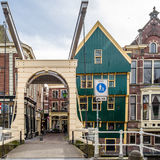 ALKMAAR holandie - KWIECIEŃ 22, 2016: Tradycyjny holendera most Zdjęcie Royalty Free