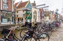 ALKMAAR holandie - KWIECIEŃ 22, 2016: Tradycyjny holendera most Obraz Royalty Free