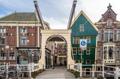 ALKMAAR holandie - KWIECIEŃ 22, 2016: Tradycyjny holendera most Zdjęcia Royalty Free
