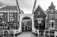 ALKMAAR holandie - KWIECIEŃ 22, 2016: Tradycyjny holendera most Zdjęcia Stock