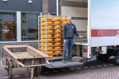 Alkmaar holandie - Kwiecie? 12, 2019: Tradycyjny sera rynek na Waagplein kwadracie w Alkmaar zdjęcie royalty free
