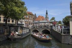 Alkmaar Nederländerna - Juli 20, 2018: Touristic sikt som ser boaen arkivfoton