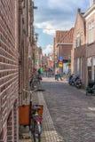 Alkmaar Nederl?nderna - April 12, 2019: Sikt fr?n gatorna av Alkmaar royaltyfri fotografi