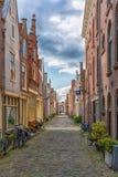 Alkmaar Nederl?nderna - April 12, 2019: Sikt fr?n gatorna av Alkmaar royaltyfria foton