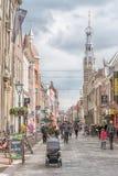 Alkmaar Nederl?nderna - April 12, 2019: Sikt fr?n gatorna av Alkmaar arkivfoto