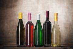Alkoholów napojów butelki na drewnianym stole Fotografia Royalty Free