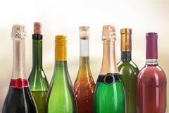 Alkoholów napojów butelki na lekkim tle Fotografia Stock