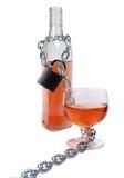 Alkohol butelka i metalu kędziorek fotografia stock