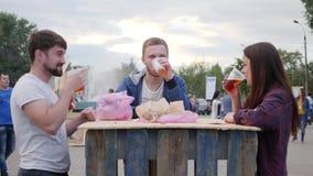 Alkohol dalej outdoors, przyjaciele pije piwo w plastikowej filiżance w ulicie, faceci i dziewczyna, jesteśmy napojów alkoholiczn zbiory wideo