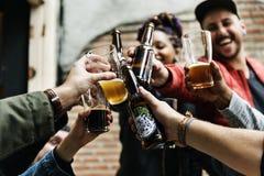 Alkohol för brygd för hantverkölfyllan firar uppfriskning Arkivfoto