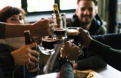 Alkohol för brygd för hantverkölfyllan firar uppfriskningbegrepp Royaltyfria Foton