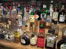 Alkohol füllt Regal ab Stockfoto