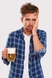 alkohol Facet w błękitnej koszula z piwem zdjęcia royalty free